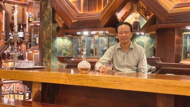 Ông Đinh Tuấn Việt doanh nhân tại Hồ Chí Minh với bộ sưu tập rượu Whisky