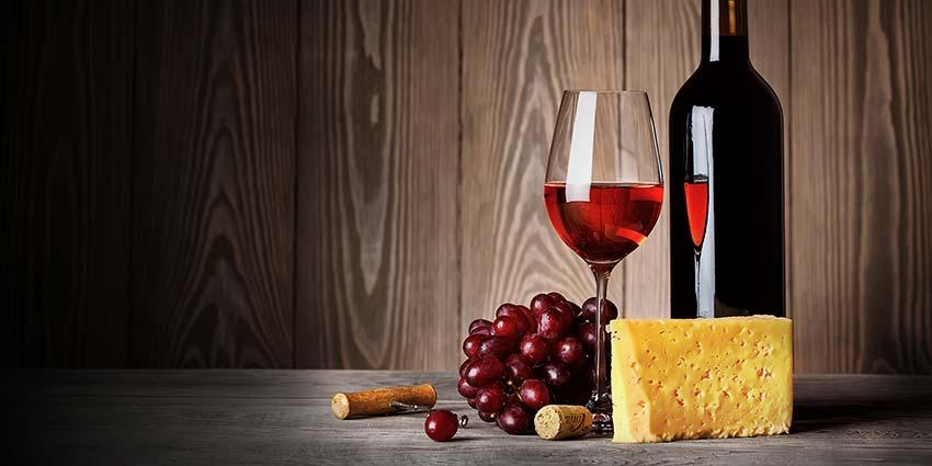 Rượu vang đỏ thường được kết hợp với Phô mai