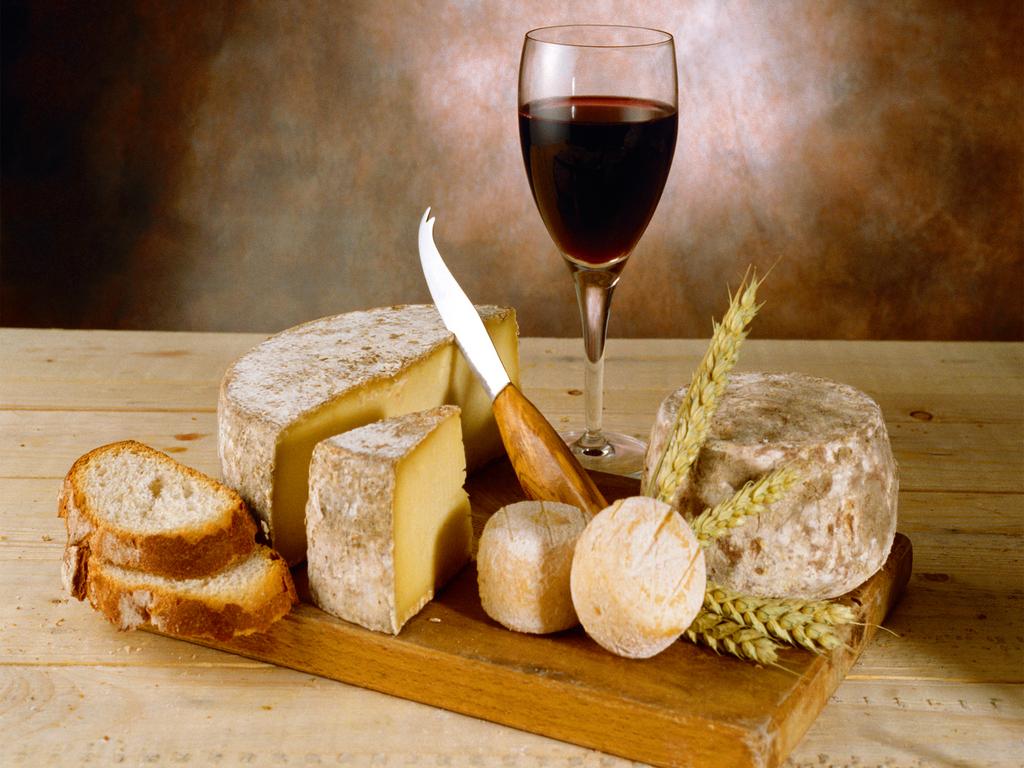 Rượu vang đỏ và phô mai cứng