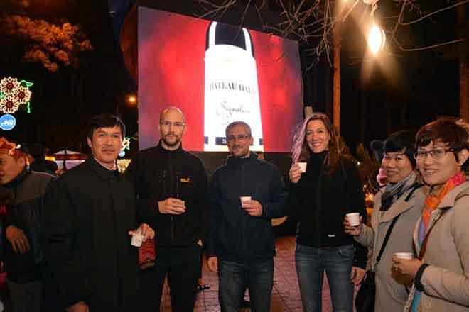 Du khách tham gia lễ hội rượu vang đà lạt và thưởng thức đồ uống phong cách tây ban nha
