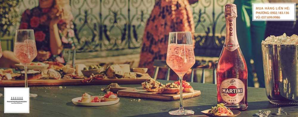 Rượu vang nổ Martini Rose Demi-Sec trong bữa tiệc sang trọng