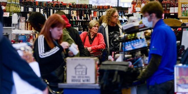 Mọi người xếp hàng để mua bia rượu chống dịch Covid-19