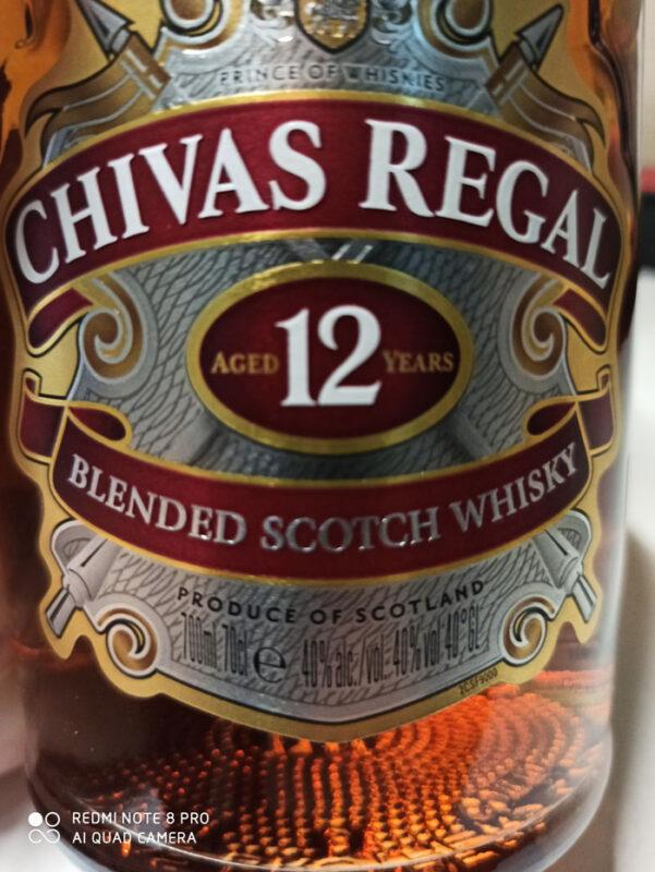 Mặt trước chai Chivas 12 từ năm 2020 đã được đóng chai là 700 ml