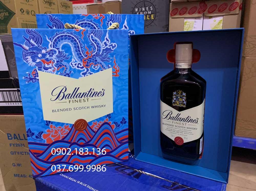 Ảnh Chụp Rượu Ballantine's Finest hộp quà tết 2021 tại showroom