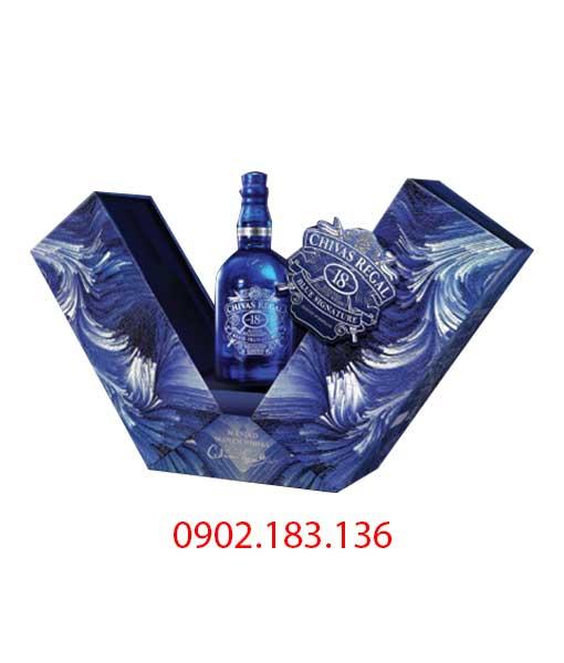 Bên trong rượu Chivas 18 Blue Signature hộp quà tết 2021