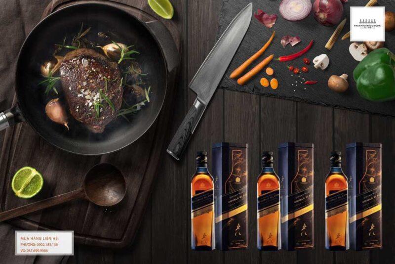 Bữa tiệc sang trọng với rượu Johnnie Walker Double Black Label hộp quà tết 2021