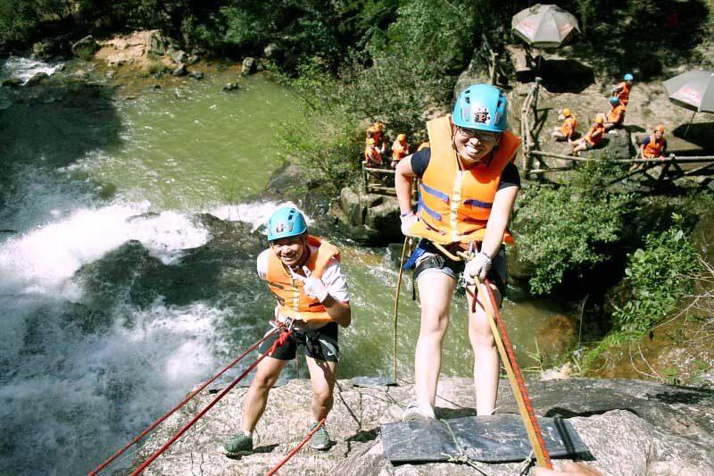 Du khách tham gia du lịch mạo hiểm vượt thác Datanla