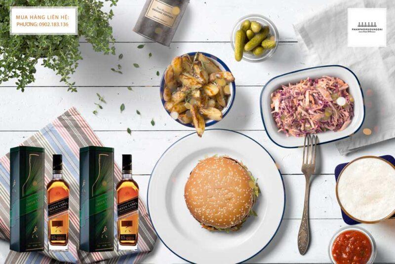 Thưởng thức rượu Johnnie Walker Green Label hộp quà tết 2021 và đồ ăn ngon