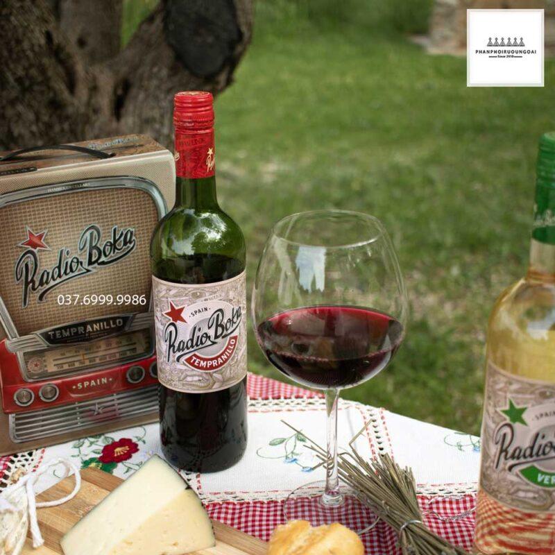 Thưởng thức rượu vang Tây Ban Nha Radio Boka Tempranillo bất cứ lúc nào bạn muốn