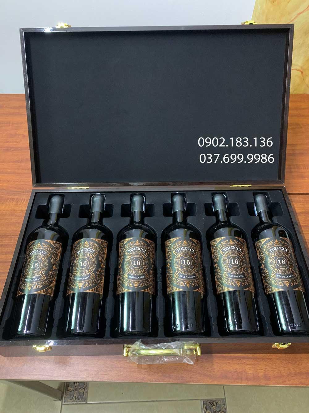 Ảnh chụp thực tế rượu vang Ý Tolucci Negroamaro Limited với hộp da sang trọng
