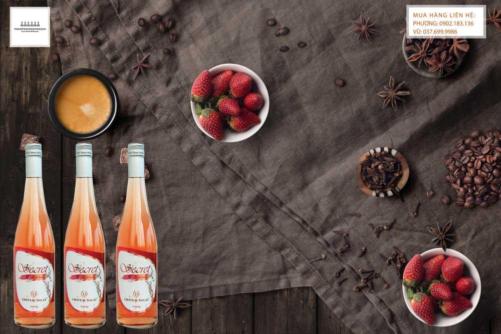 Thưởng thức rượu vang Chateau Dalat Secret Premium Rose trong bữa tiệc sang trọng