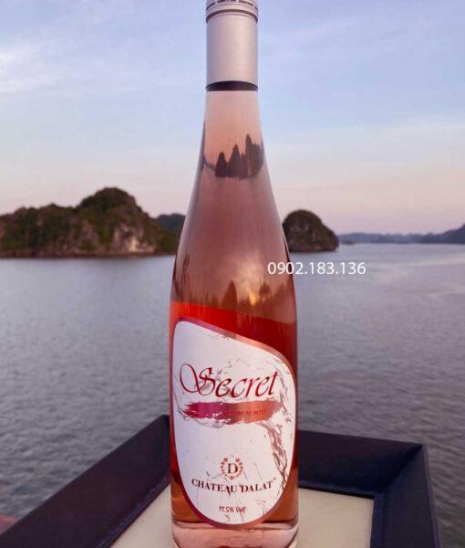 Thưởng thức rượu vang hồng Chateau Dalat trong tiệc dã ngoại