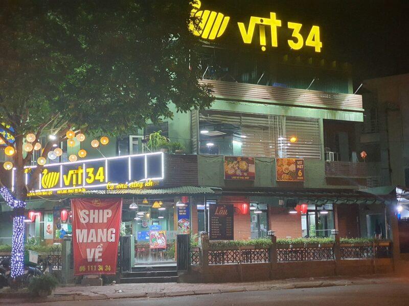 Bên ngoài cửa hàng Vit34 tại Hà Đông khi dịch Covid ập đến