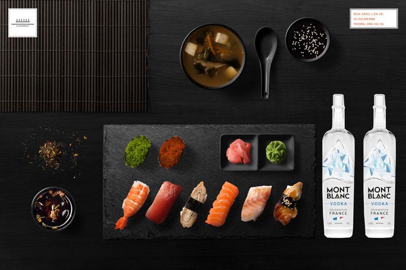 Thưởng thức rượu Vodka Mont Blanc trắng và sushi
