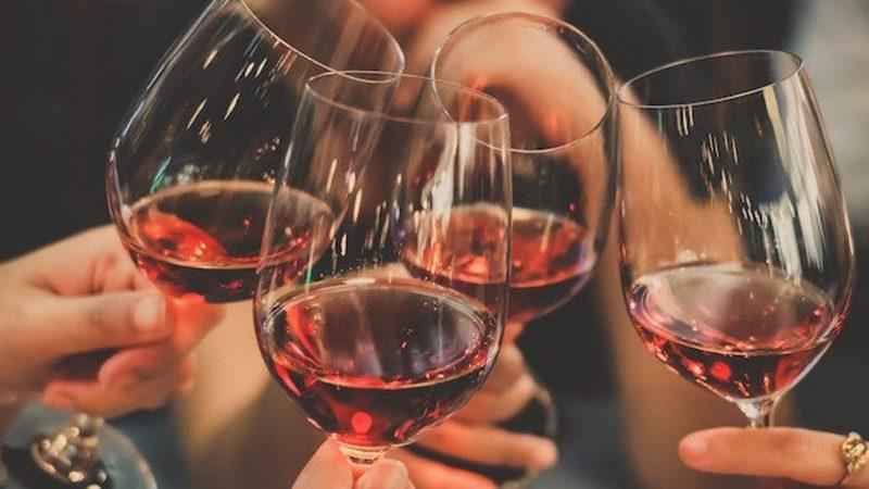 Chén rượu chúc mừng với những người bạn